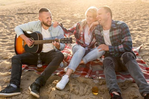 Les gens de grand angle, passer du temps ensemble sur une plage