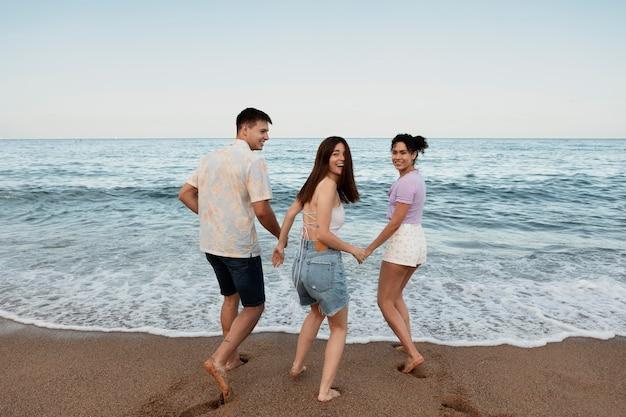 Gens heureux de coup moyen à la plage