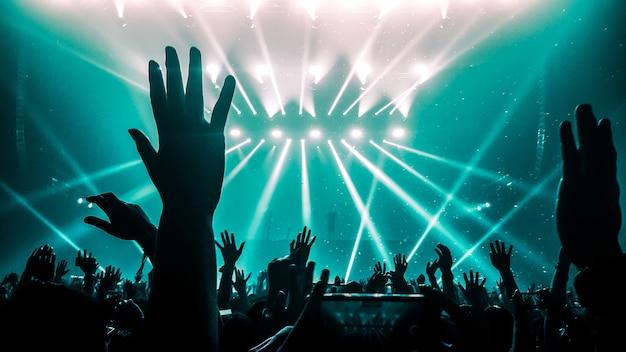 Des gens heureux dansent en concert de soirée en boîte de nuit