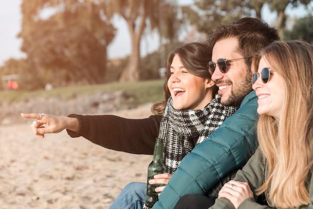 Des gens heureux passer du temps sur le bord de la mer