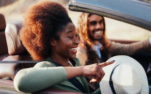 Gens heureux s'amuser en voiture décapotable en vacances d'été
