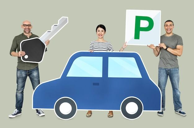 Gens heureux tenant des icônes de voiture