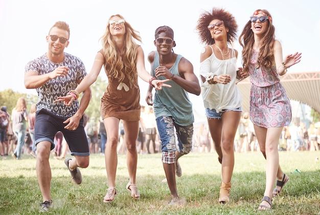 Des gens jeunes et joyeux s'amusant ensemble