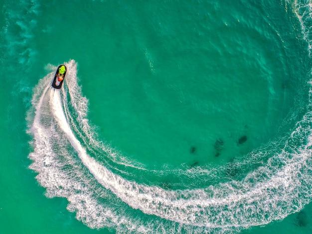 Les gens jouent au jet ski en mer pendant les vacances