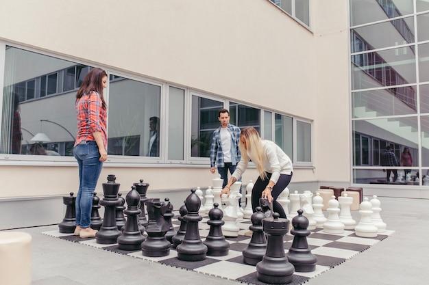 Les gens jouent aux échecs surdimensionnés à l'extérieur