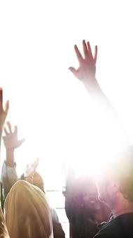 Les gens lèvent la main lors d'un séminaire