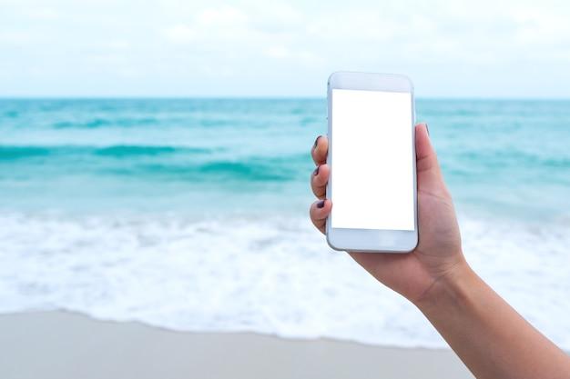 Les gens à la main en utilisant un téléphone intelligent maquette