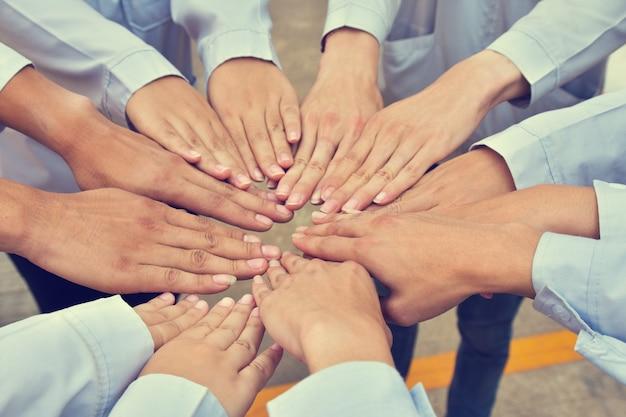 Les gens les mains du groupe succès du travail d'équipe communautaire