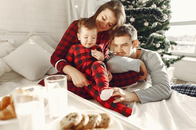 Les gens à la maison. famille en pyjama. lait et croissants sur un plateau.
