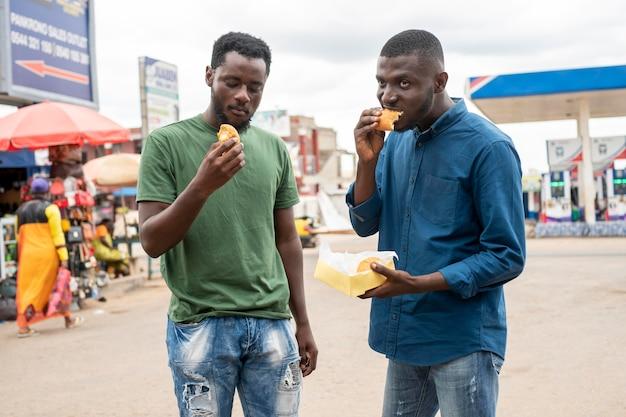 Les gens mangent de la nourriture de rue