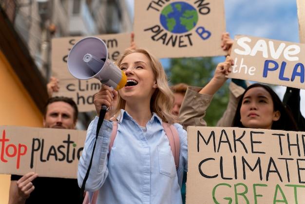 Les gens marchant dans la protestation contre le réchauffement climatique