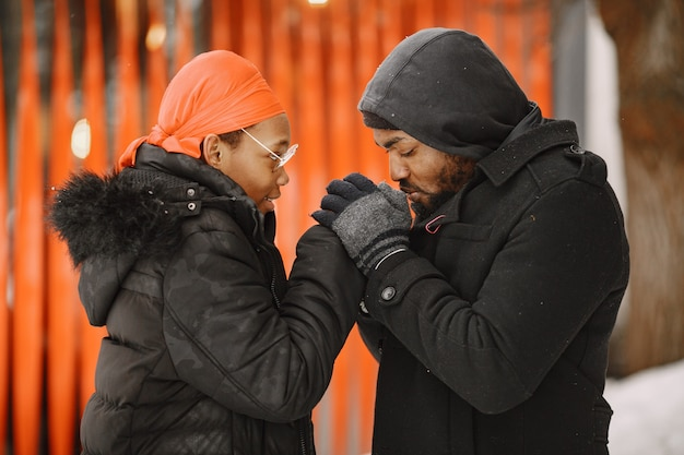 Les gens marchent dehors. jour d'hiver. couple africain.