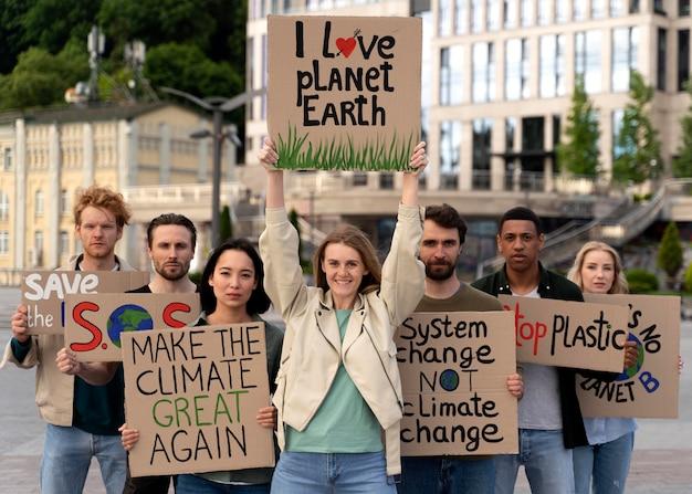 Les gens marchent ensemble pour protester contre le réchauffement climatique