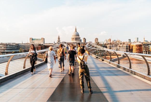 Les gens marchent à travers le pont du millénaire