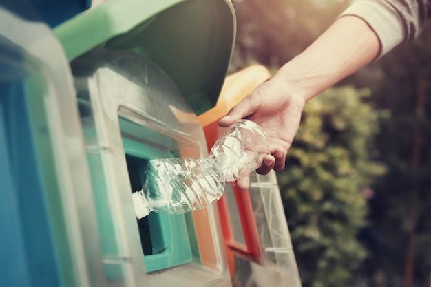 Gens, mettre, bouteille plastique, recycler, poubelle, à, parc
