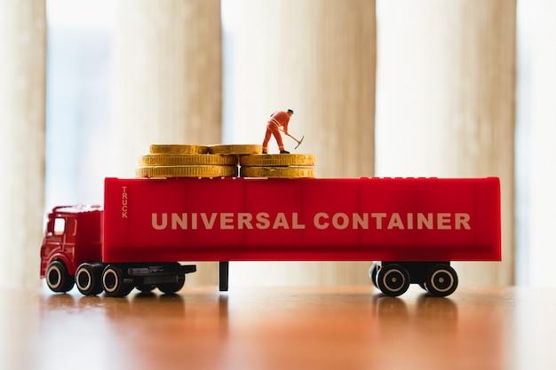 Gens de miniature, ingénieur travaillant sur le conteneur de camion en utilisant pour le concept de logistique