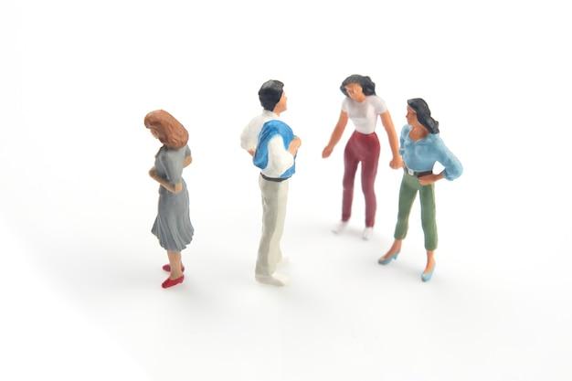 Gens miniatures. concept de personnes de la famille dans des relations sur un fond blanc. le problème de la fidélité dans le mariage.