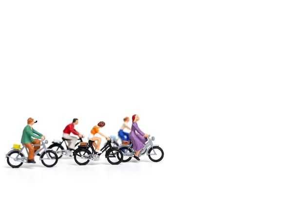 Gens miniatures: isoler un groupe d'amis sur un fond blanc