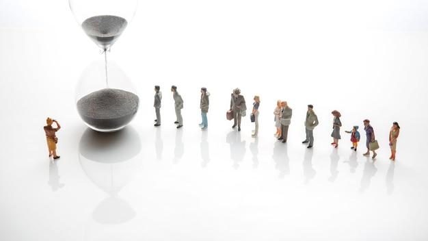Les gens miniatures. des personnes d'âges et de statuts différents font la queue près du sablier. le concept de l'importance du temps et de la vie