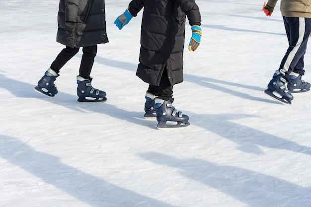 Les gens montent sur la patinoire sur la patinoire pendant les vacances de noël.