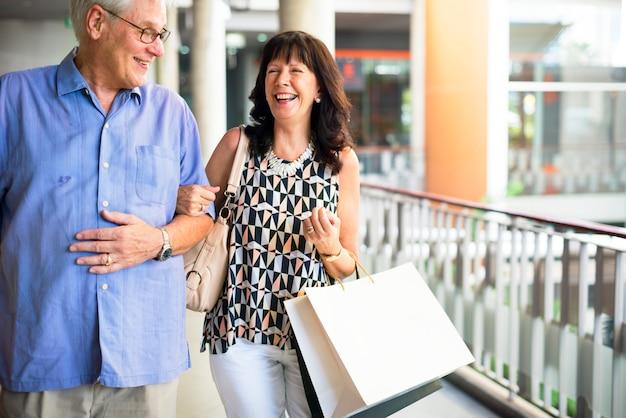 Gens mûrs aller faire du shopping ensemble