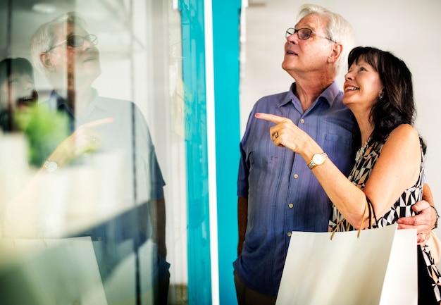 Des gens mûrs vont faire du shopping ensemble