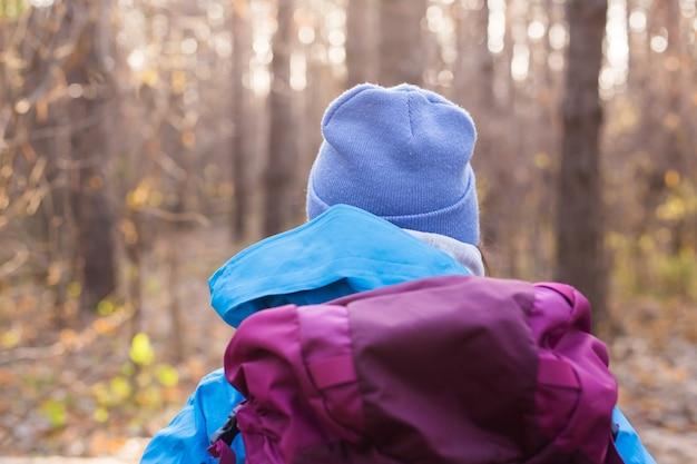 Les gens et la nature concept voyageur femme marchant dans la forêt
