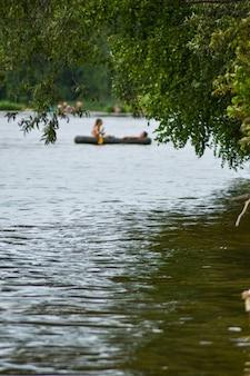 Les gens naviguent sur un bateau sur la rivière