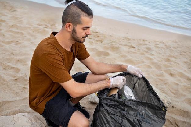 Les gens nettoient les ordures de la nature