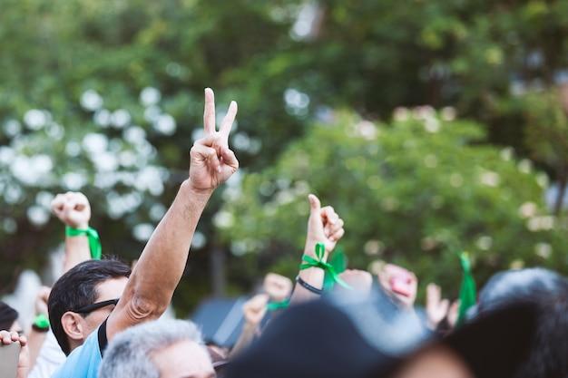 Les gens ont levé l'air de la main pour se battre