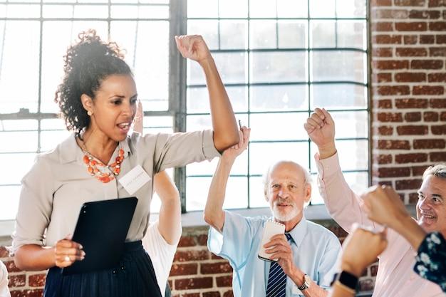 Les gens ont levé la main lors d'une réunion