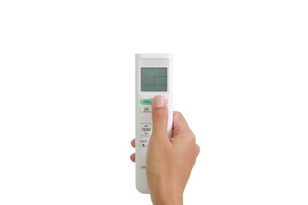 Les gens partent du bouton poussoir de la télécommande du climatiseur isolé sur fond blanc. image avec chemin de détourage