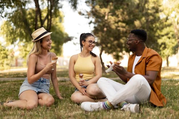 Les gens passent du temps ensemble à l'extérieur