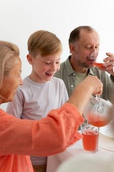 Les gens passent du temps ensemble lors d'une réunion de famille