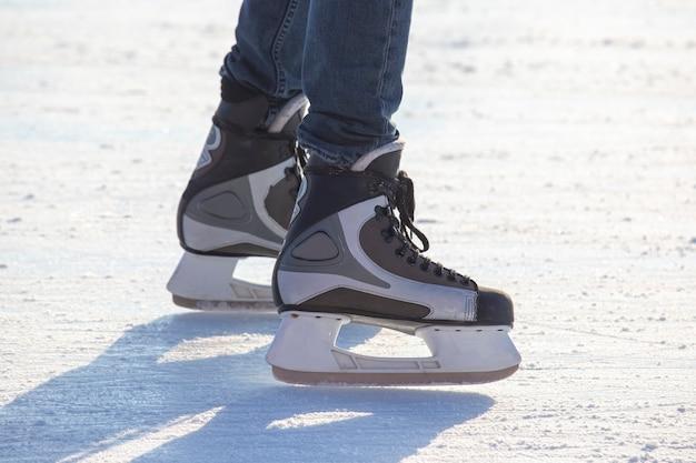 Les gens patinage sur glace sur une patinoire.