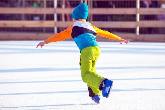 Les gens patinent sur une patinoire.