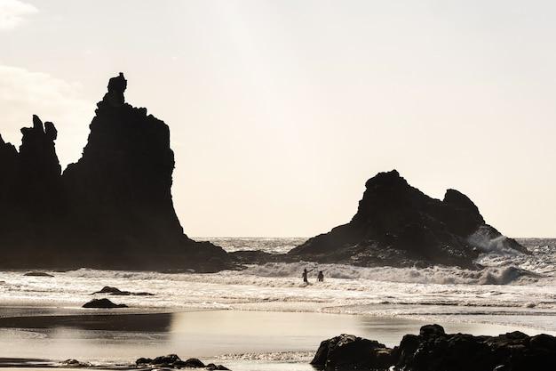 Les gens sur la plage de sable de benijo sur l'île de tenerife.espagne.