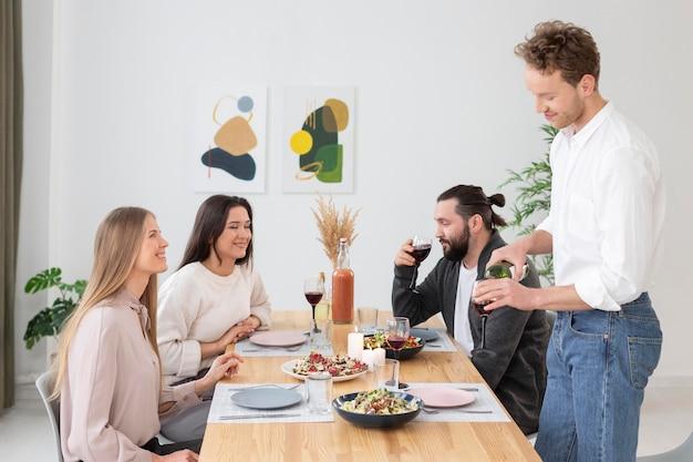 Gens de plan moyen assis à table