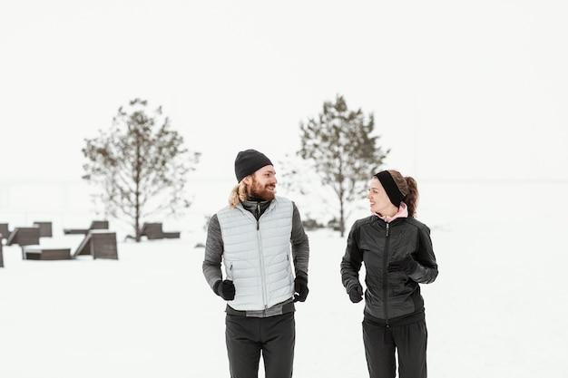 Gens de plan moyen courir ensemble