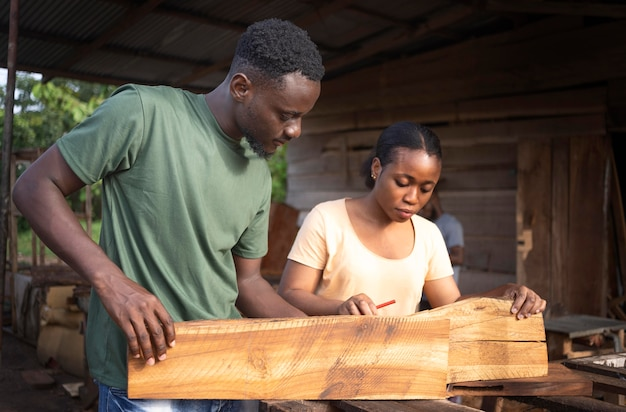 Gens de plan moyen avec des morceaux de bois