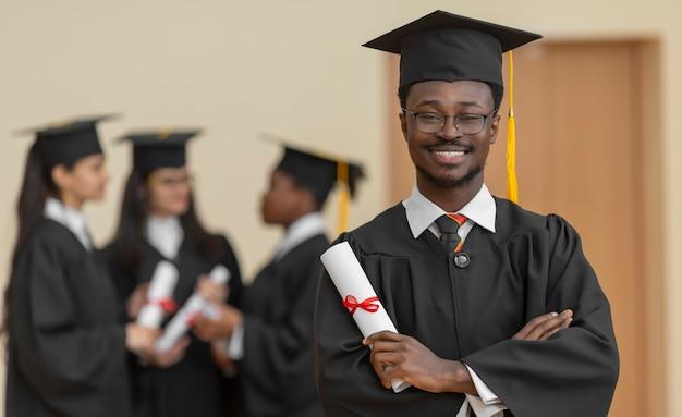Gens de plan moyen obtenant leur diplôme