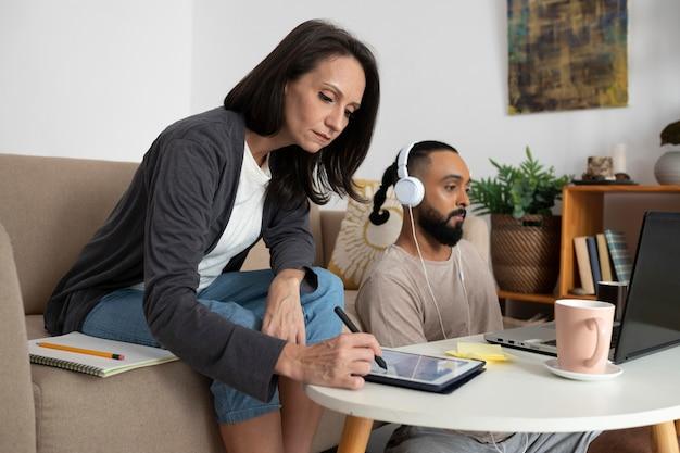 Gens de plan moyen travaillant à domicile