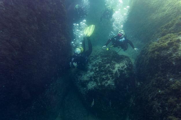Les gens plongent sous l'océan