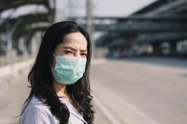 Les gens portant un masque pour se protéger contre les virus et la poussière dans la ville.