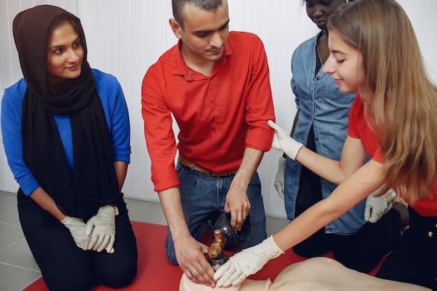 Les gens pratiquent la médecine