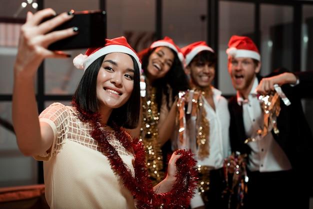 Les gens prenant un selfie lors d'une fête du nouvel an