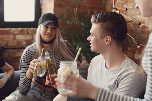Les gens prenant un verre et faisant la fête au bar