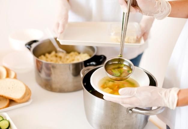 Les gens préparent de la nourriture pour la charité