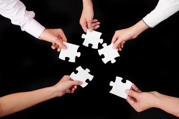 Les gens avec des puzzles