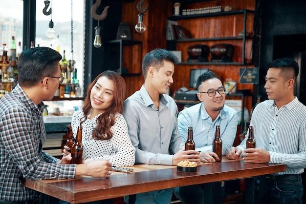 Les gens qui boivent de la bière au bar